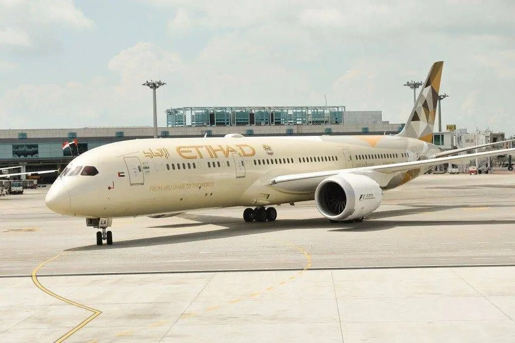 etihad-airways-b789_a6-bla-on-arrival-at-changi-e1438624992134