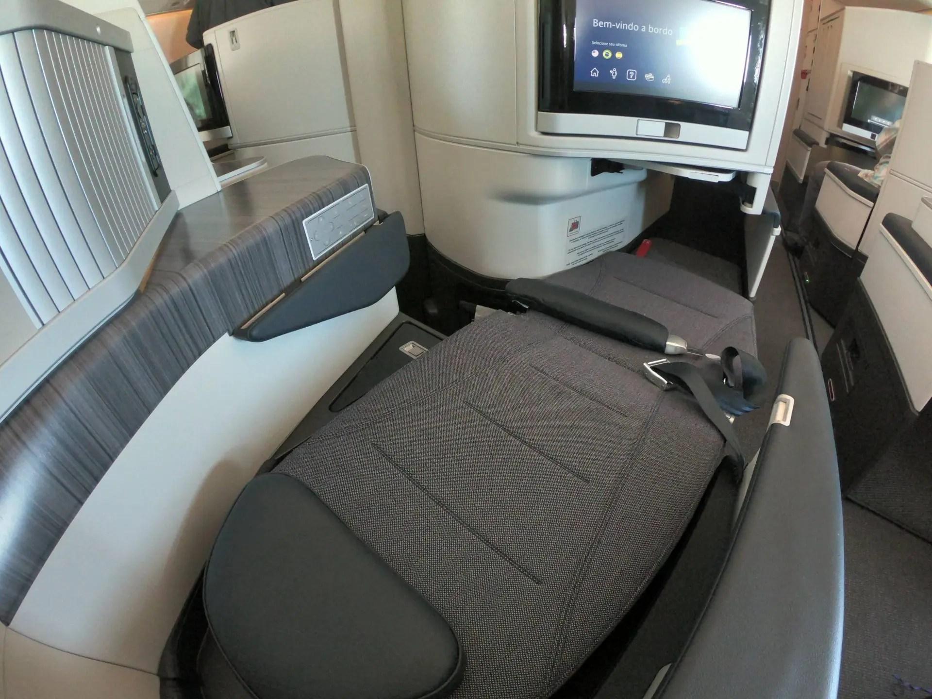 Assento na posição cama na executiva no A330neo da Azul