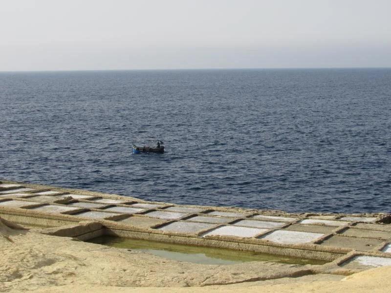 barco de pesca nas salinas de Malta