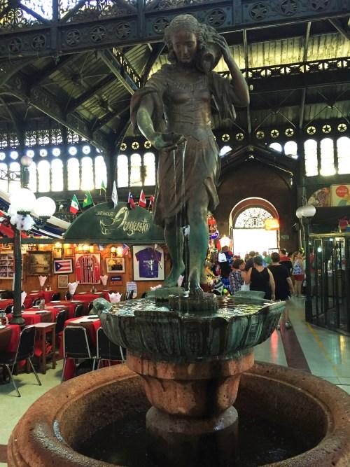 Monumento Nacional - Estátua no meio do Mercado Central de Santiago