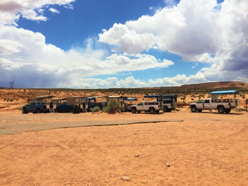 Vários carros a espera para levar os turistas