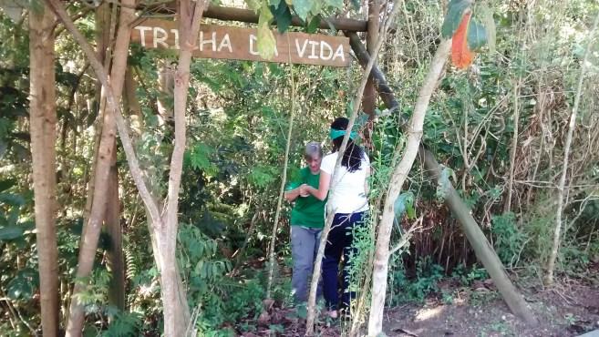 Uma monitora leva cada um para a trilha. Foto: Patrícia Ribeiro? Passeios Baratos em SP