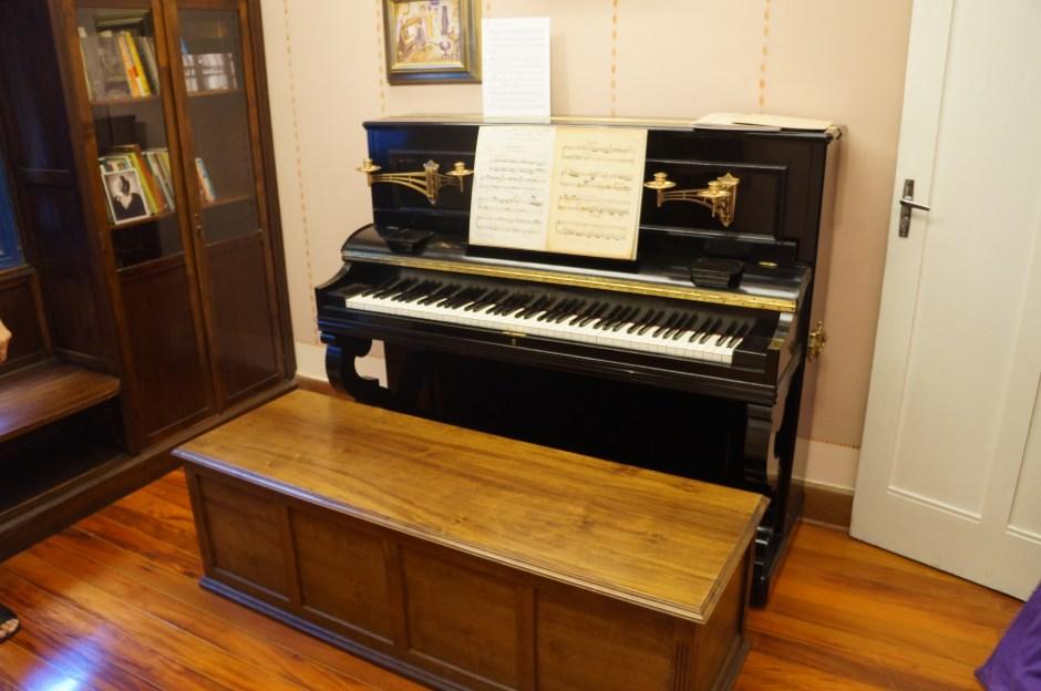 O piano, localizado na biblioteca, era onde Mario realizada aulas de música Foto: Roteiros Literários