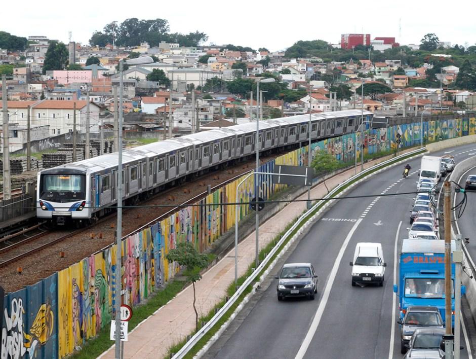 grafite no muro – 01.12.2014 - Vista do Projeto 4 km, com grafites alusivos à Copa do Mundo e que ocupam o muro lateral da Avenida Radial Leste, São Paulo . Foto: Jose Cordeiro/SPTuris