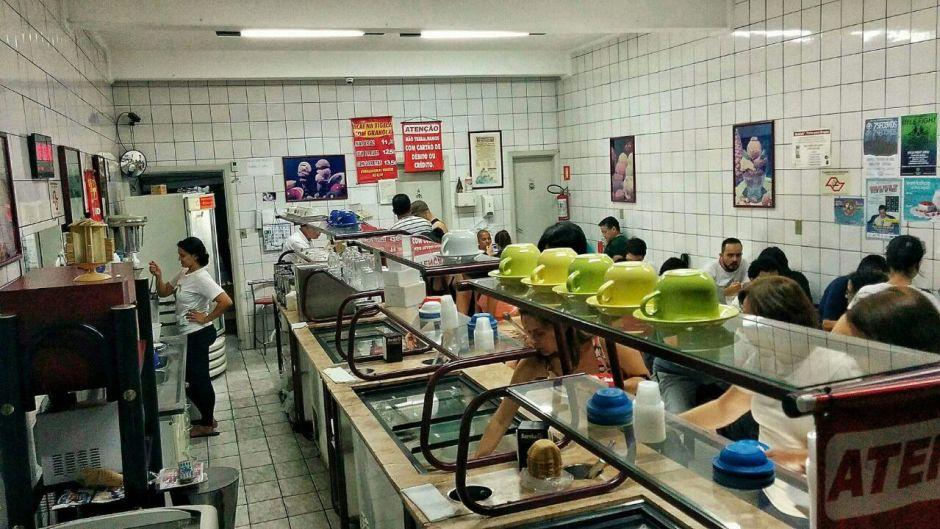 Ambiente simples que lembra as sorveterias do interior Foto: Jonas Dias