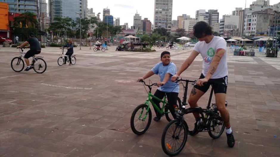 Pessoas de todas as idades podem aprender a pedalar com a equipe de voluntários Foto: Divulgação