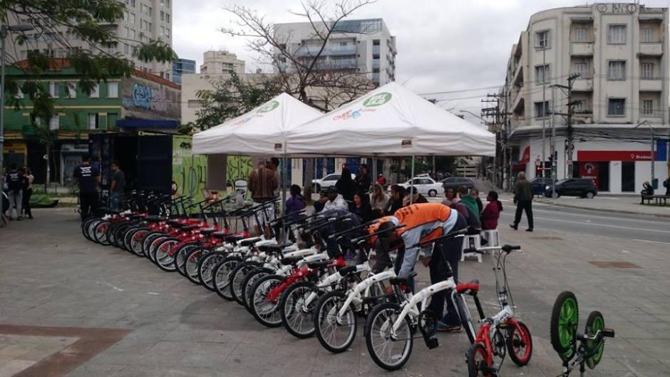 O pessoal do Bike Anjo ensina as pessoas a pedalarem no Largo da Batata no último domingo do mês Foto: Divulgação