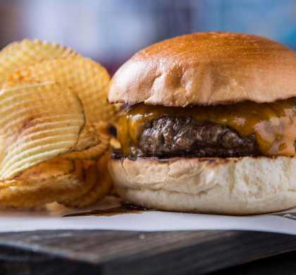 Astor_Minetta Burger_R$ 44_Burger Sry Aged DeBetti com cheddar inglês e batatas waffle-.