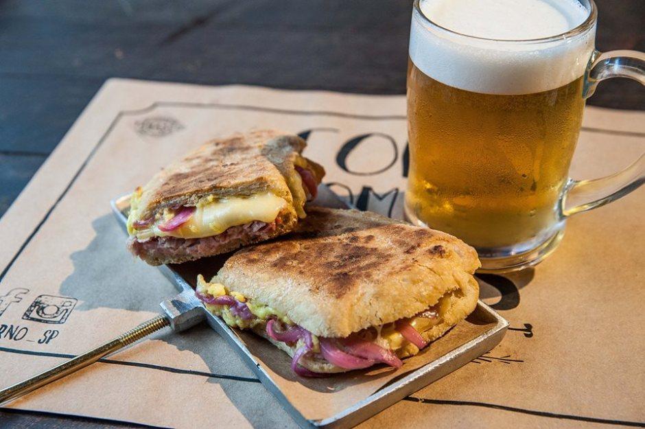 Cubano: com pão ciabatta, presunto feito na casa, queijo, picles de cebola rocha.