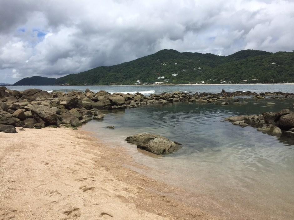 Praia das Conchas: no canto esquerdo, em volta às pedras, uma piscina natural! Linda!