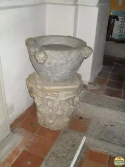 Aquasantiera realizada com restos romanos