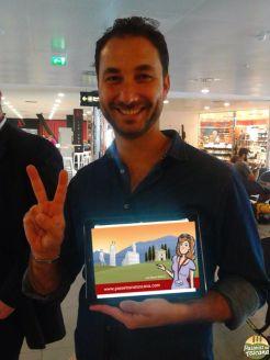 Francesco com a plaquinha na chegada dos vôos no aeroporto