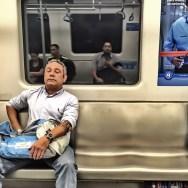 Tem Gente que até quando dorme no transporte público não perde o estilo. Já eu... by blogdodourado 1fotopordiadotrem, passengers,