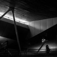 Taking pictures is an act of sharing vision, I particularly like this one: lights and shadows, lines that somehow makes sense.... Tirar fotos é um ato de compartilhar a visão, eu particularmente gosto desta: luzes e sombras, linhas que de alguma forma fazem sentido... by Paulo Wang janelainfraero, passengers,