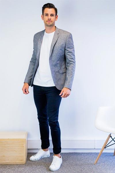 s'habiller pour un entretien quand il fait chaud, jean brut, t-shirt blanc et blazer gris
