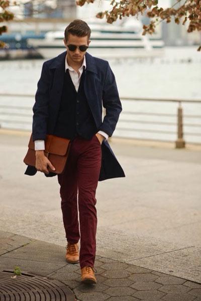 pantalon chino bordeaux porté avec un pardessus bleu marine