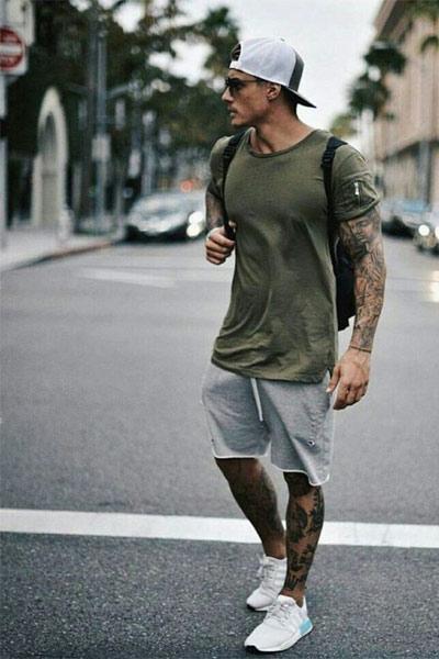 porter un short homme dans un look sportswear