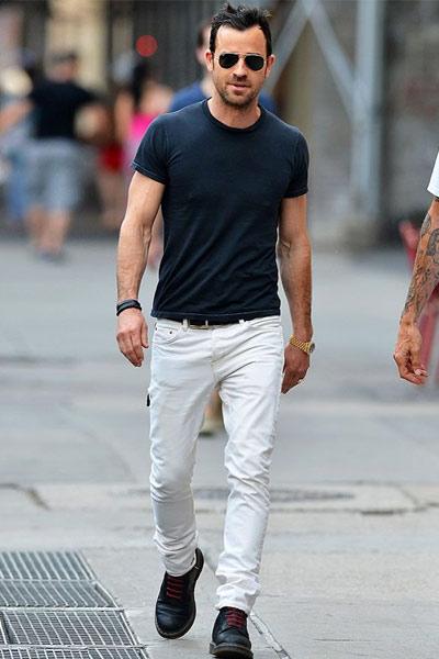 look homme casual avec un pantalon blanc et un t-shirt bleu marine