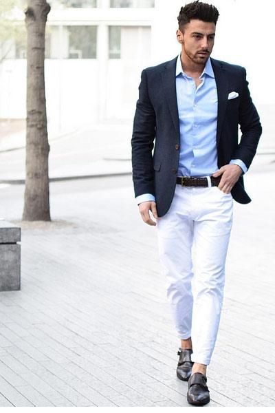 look homme chic pantalon blanc, chemise et blazer