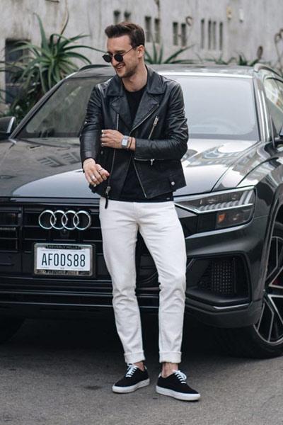 look homme rock avec un pantalon blanc et un perfecto