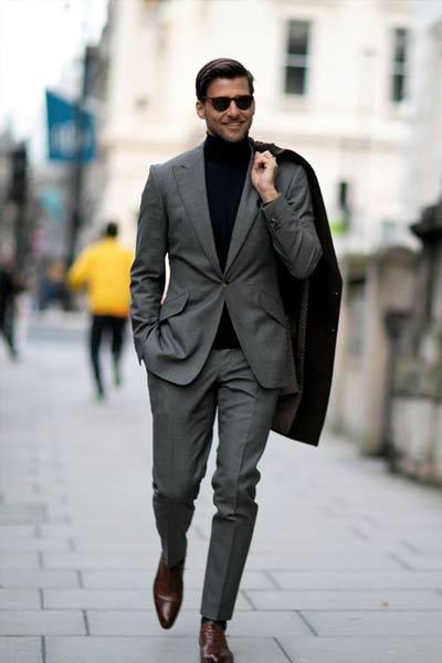 porter un col roulé avec un costume homme