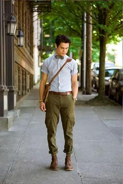 look homme chemise bleu clair pantalon cargo kaki et boots