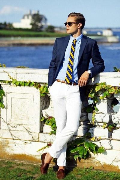 tenu homme style preppy chino chemise blazer et cravate rayée