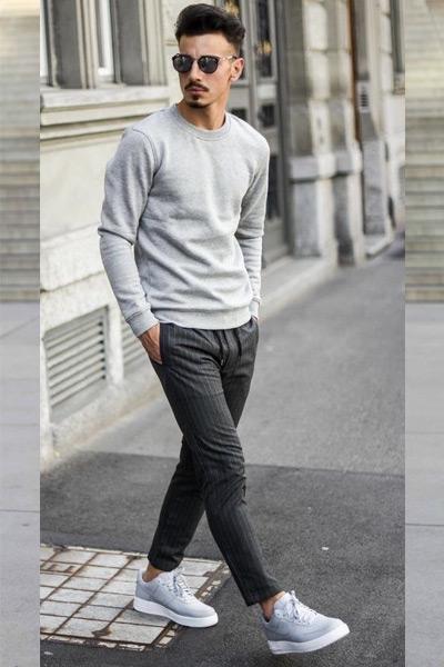 tenue casual sweat gris pantalon noir à rayures et baskets