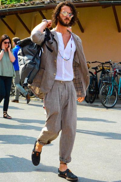 tenue bohème homme avec costume beige