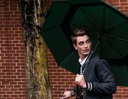 homme marchant sous un parapluie