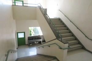 校舎内の階段