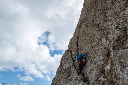 L10, une longueur typique, 2 pas délicats en 5b entrecoupés de grimpe en 4