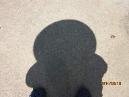 麦わら帽子の影