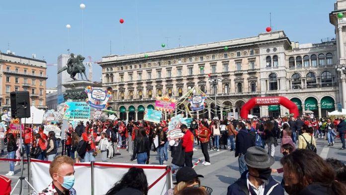 La protesta che 'trasforma' piazza Duomo in un circo-luna park