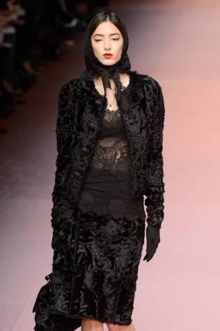 dolce-gabbana-black-lace-dresses-with-scarf-on-the-catwalk-fashion