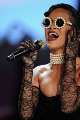 blog_Rihanna-wearing-Vintage-Chanel-Pearl-Sunglasses-for-Victoria-Secret-Fashion-Show-Performance-3