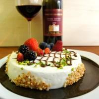 Torta con crema Chantilly e cioccolato ai frutti di bosco
