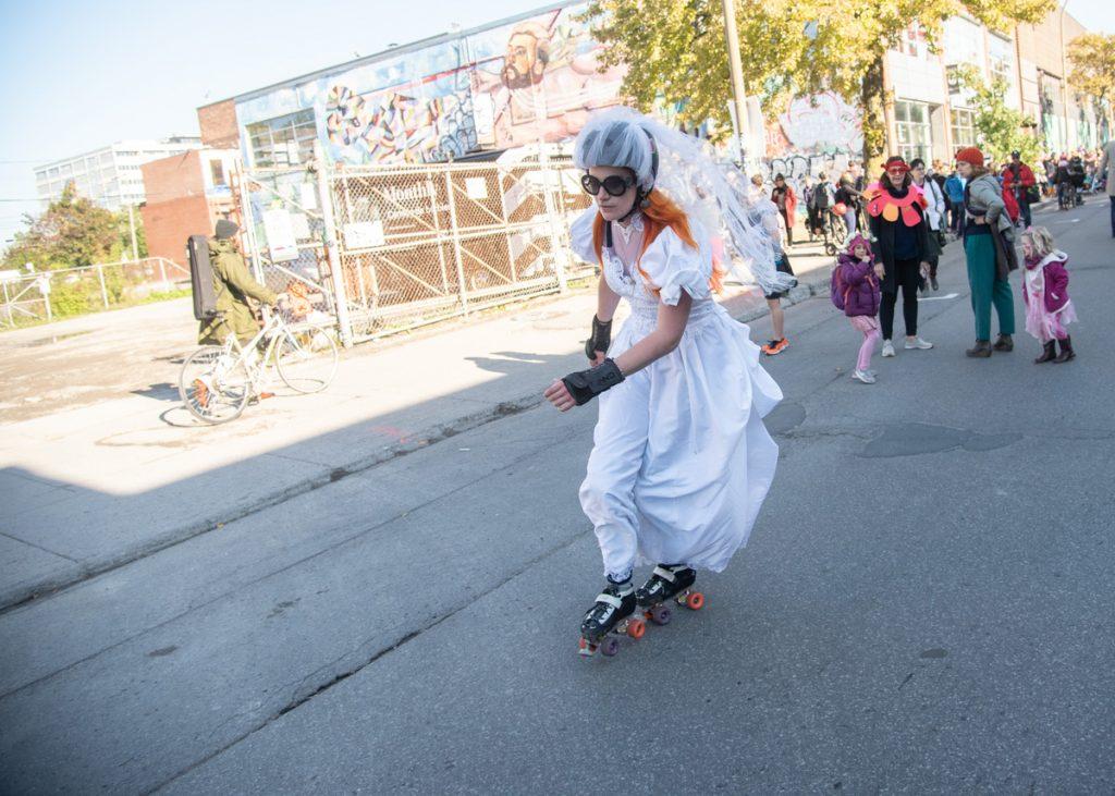 Parade femme vêtue de blanc