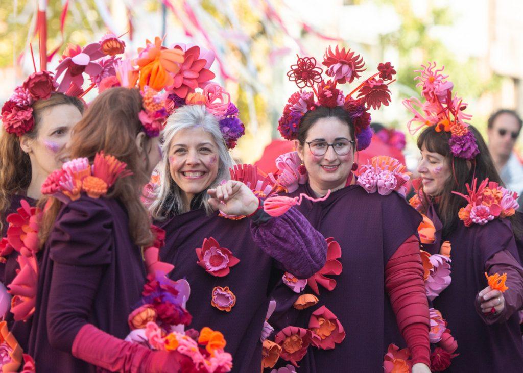 Parade Phénoménale rues Mile-End personnes costumées rouge fleurs
