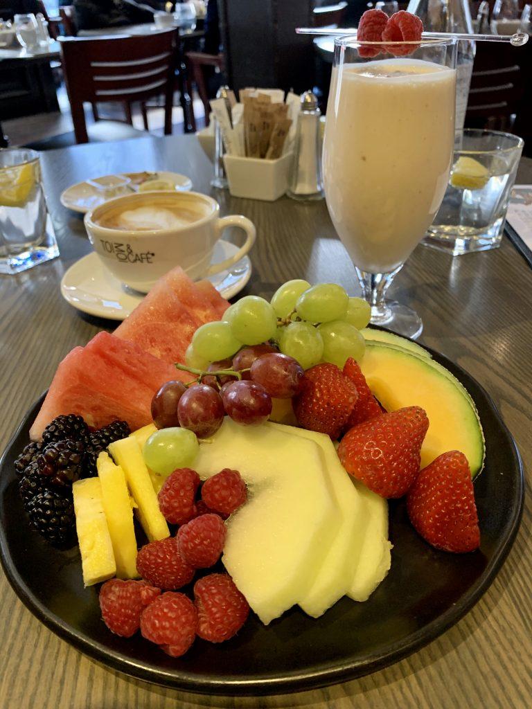 photo brunchs Verses assiette de fruis et smoothie et café au lait Passion MTL