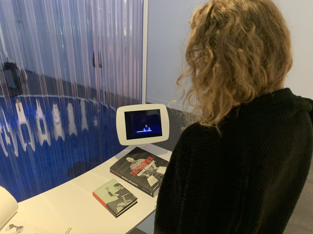 Centre Phi Cadavre exquis dame blonde regardant écran informatif