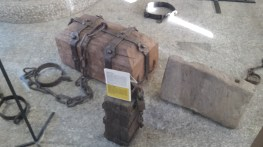 """""""Stein"""" zum Versenken und Ertränken. Oder Als Schandstrafe verwendet: Frauen mussten den Holzblock mehrere Meter tragen"""