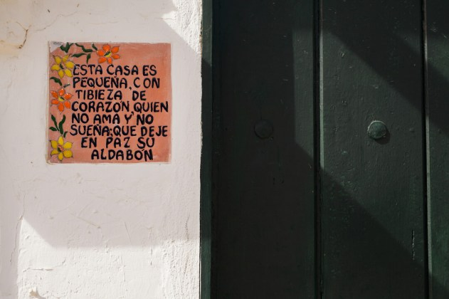 small sign in spanish