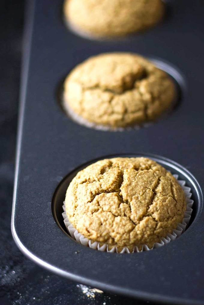 These vegan blender muffins are healthy and so easy to make! Vegan, oil-free, gluten-free, and super soft! | https://passtheplants.com