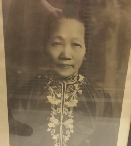 Photo of a framed photo of Yip Chin Shee.