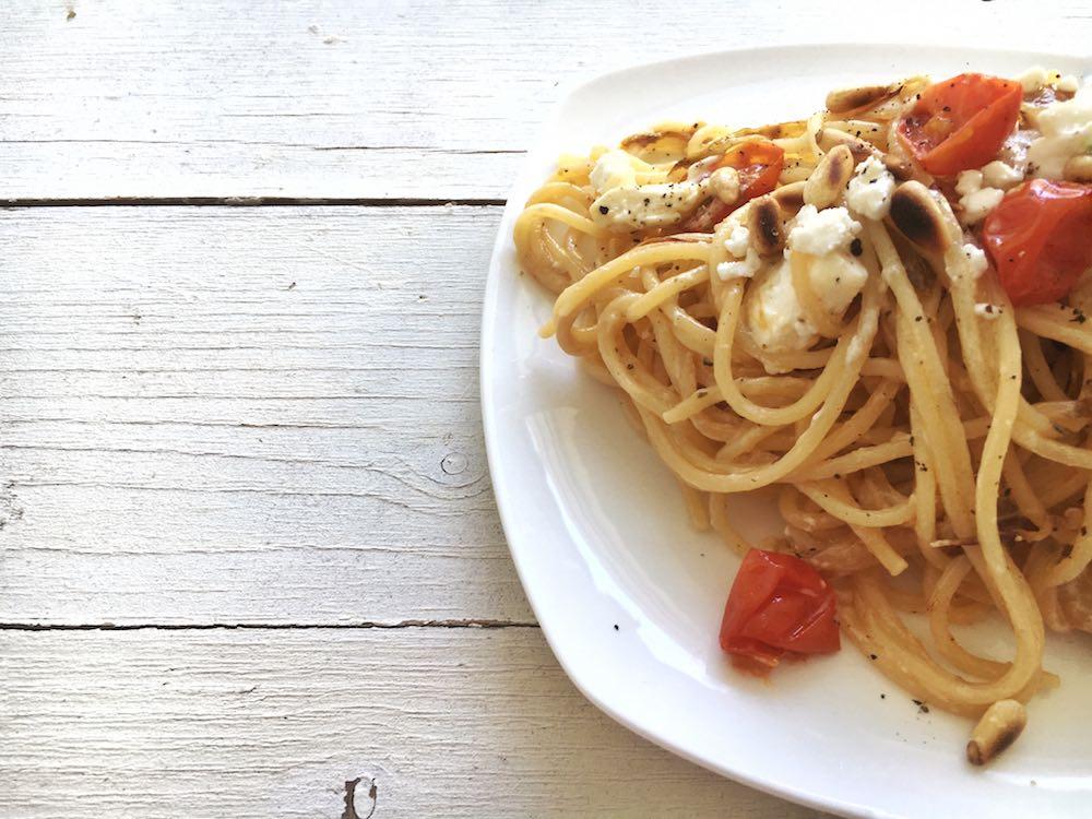 Spaghetti mit Chicorée und Schafskäse