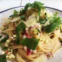 Nudeln mit Radieschen-Zucchini-Salsa