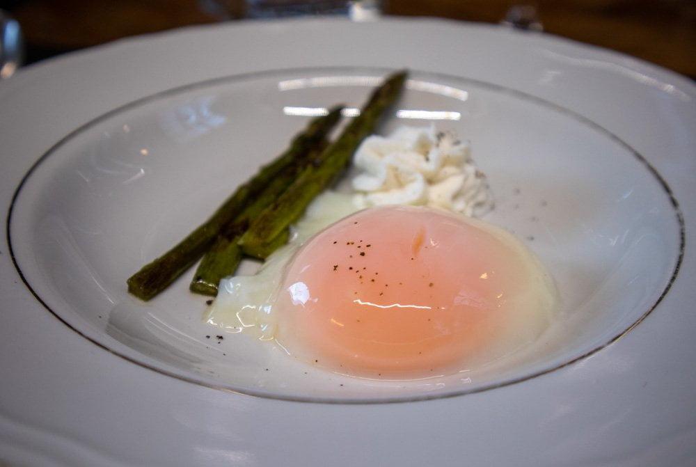 Uovo cotto a bassa temperatura con asparagi e ricotta di capra, proposto dal ristorante di cucina piemontese sabauda a Torino