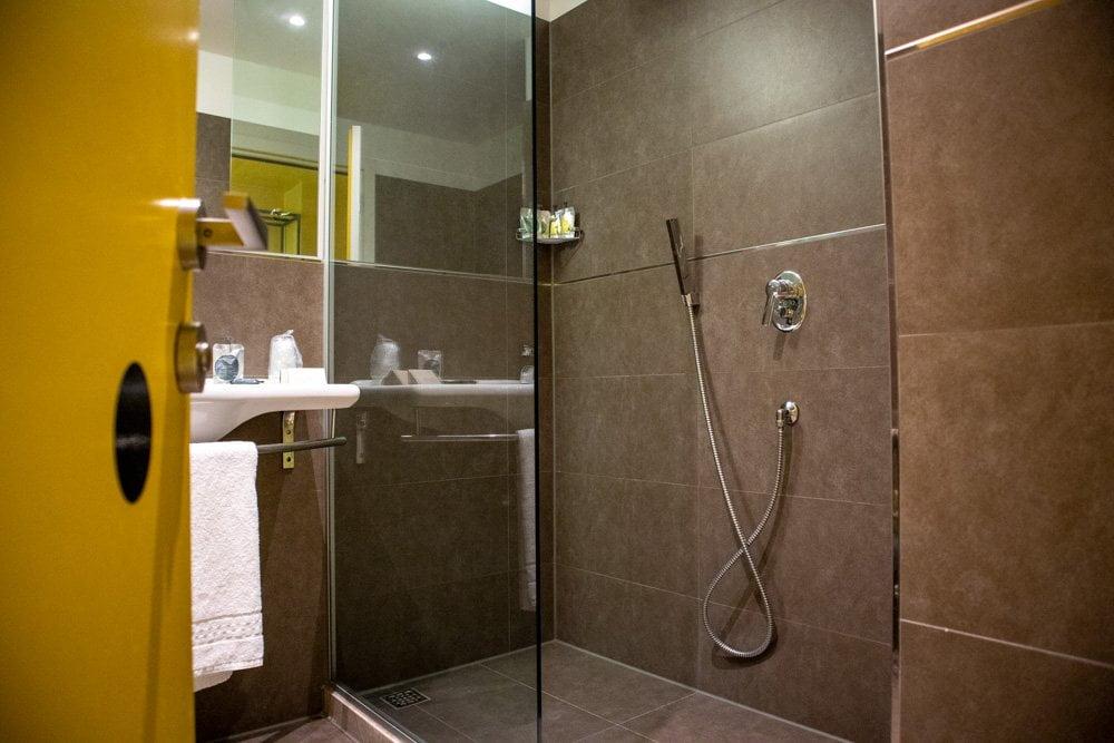 Bagno nella camera L'Invasione dei Pois al JHD Dunant Hotel