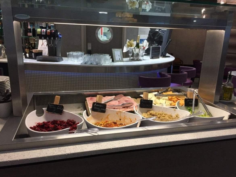Il buffet freddo dell'Aspire Executive Lounge dell'aeroporto di Londra Luton